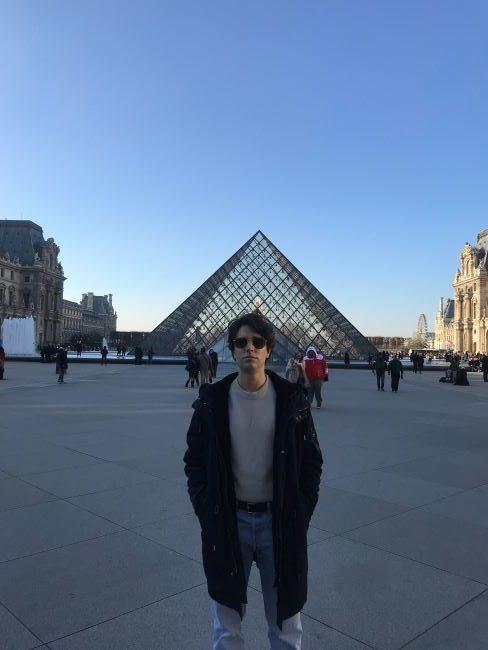 Paris instagrammable, voyages, selfie, Louvre, pyramide