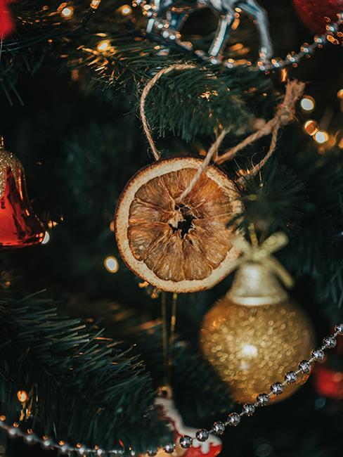 décoration de sapin de Noël avec une orange séchée