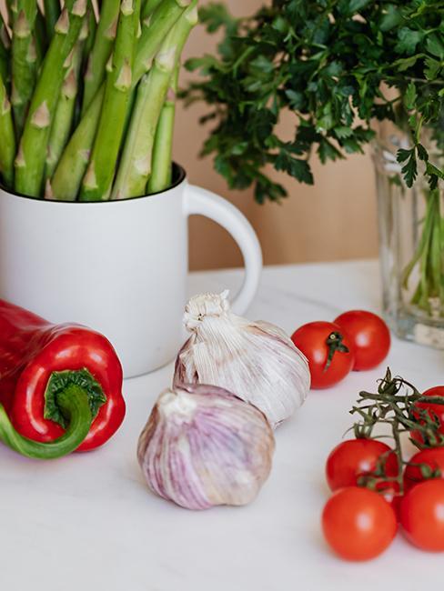 gousses d'ail avec tomates cerises et piment