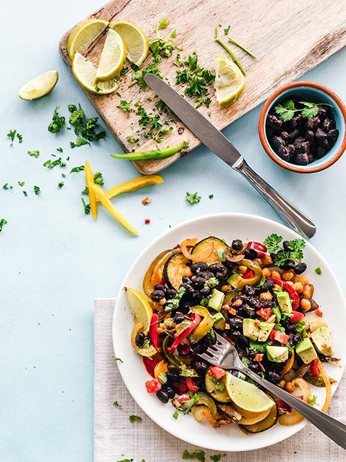 Salade gourmande avec tranches de citron