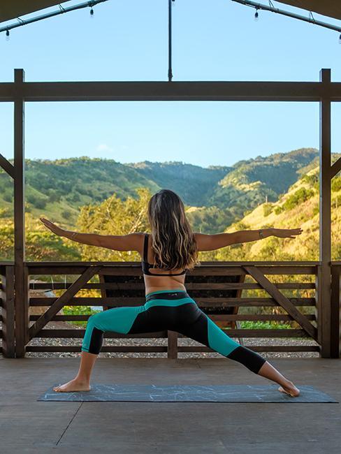 Femme entrain de pratiquer une posture de yoga dans la nature