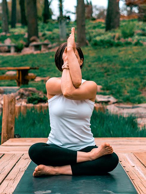 Femme entrain de pratiquer une posture de yoga