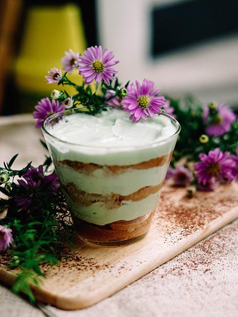 Pannacotta avec fleurs violettes