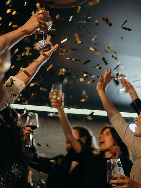 Personnes entrain de faire la fête à nouvel an