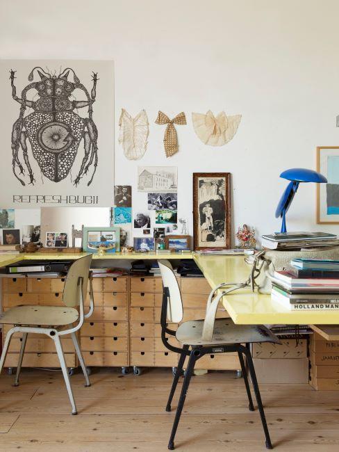espace bureau industriel pour deux personnes, meubles de récup, lapme bleue et affiche botanique