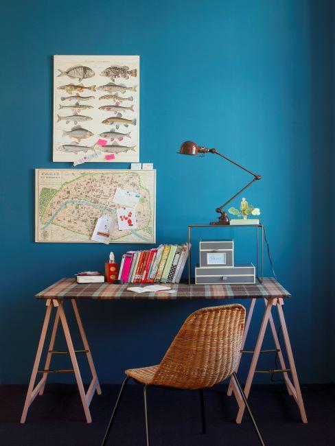 mur bleu, bureau avec mobilier industriel, chaise récup et affiches vintage