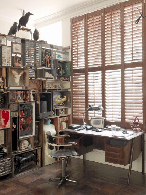 loft avec espace bureau, étagère et mobilier industriel, grande fenêtre