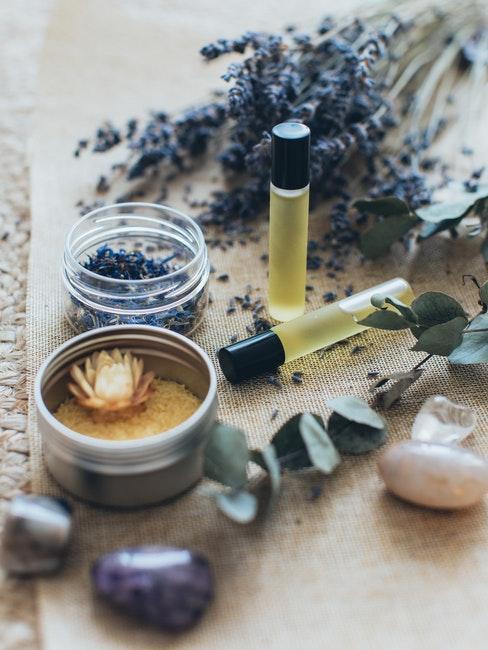 fleurs de lavande séchées et flacons avec huile essentielle
