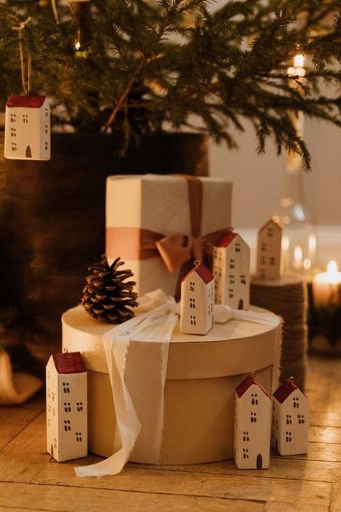 cadeaux sous sapin, lanternes maisons