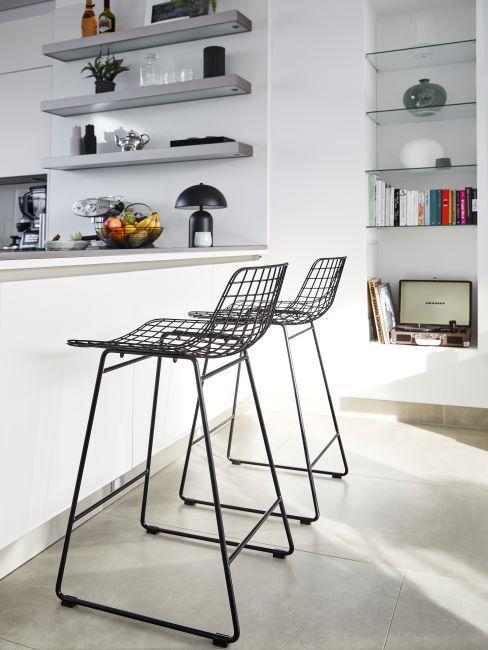 chaise haute en métal, cuisine blanche, industriel, comptoir