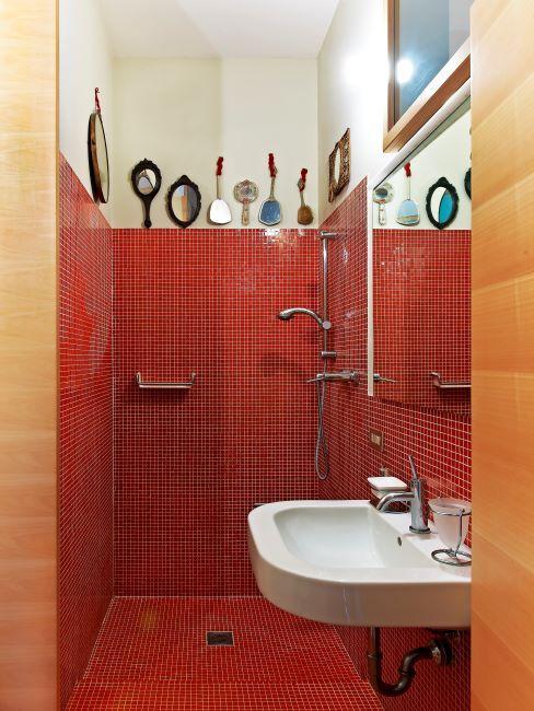 salle de bains avec douche, carreaux rouge, décoration miroirs