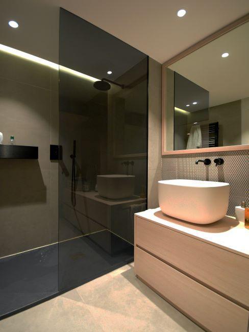 salle de bain beige et grise avec douche