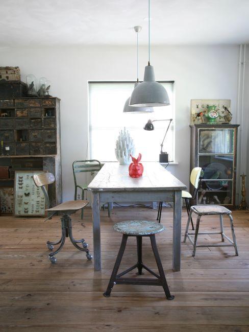 petite salle à manger industrielle avec un mobilier récup et vintage