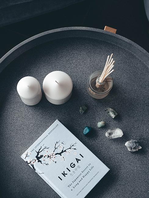 livre ikigai sur table gris avec pierres minérales