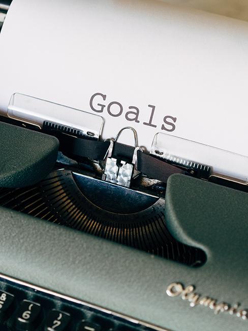 quelqu'un entrain de taper goals à la machine à écrire
