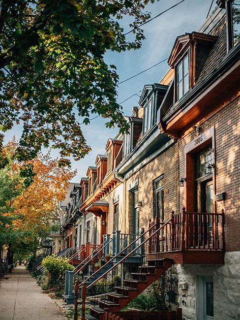 rue avec maisons à Montréal