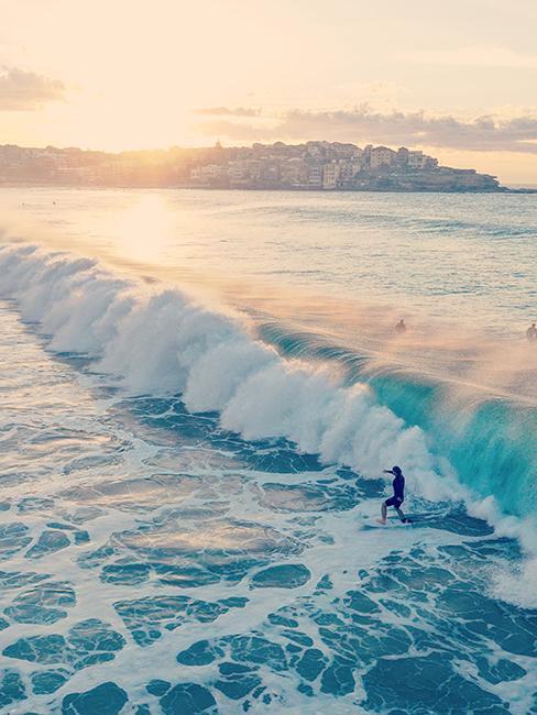 une personne entrain de faire du surf sur une place en Australie