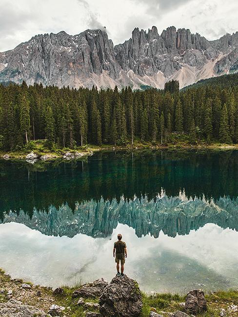 lago di carezza dans les dolomites en italie