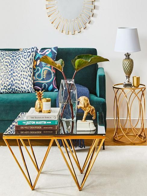 salon vintage moderne de style mid-century, canapé en velours bleu canard, tables basse et d'appoint dorées
