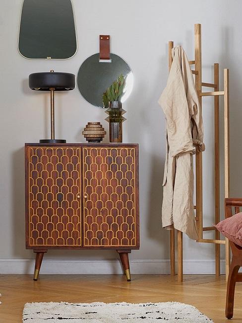commode rétro, mid-century, porte-manteau, lampe à poser vintage et miroir mural