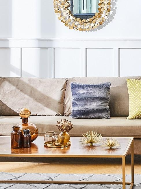 canapé beige, table basse en bois et accessoires déco vintage style mid-century