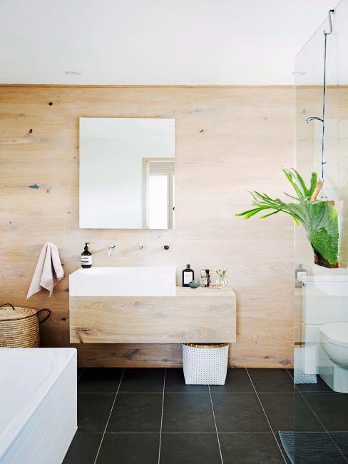 salle de bains moderne, zen, sol en carrelage foncé, mur en bois et plante