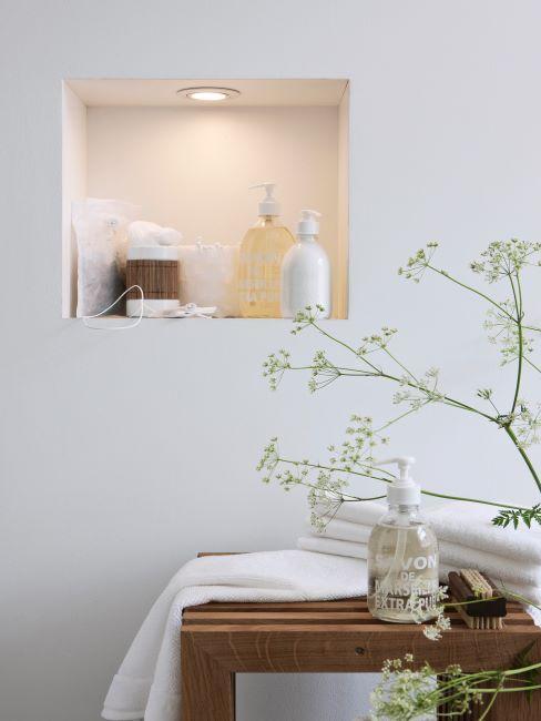niche de salle de bains avec produits beauté, tabouret en bois et plante minimaliste pour effet zen