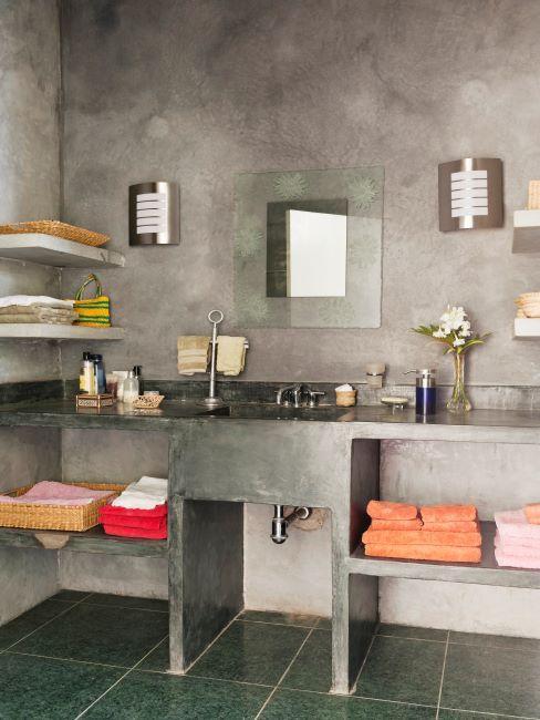 salle de bains moderne avec murs en dalle de béton, miroir et appliques design