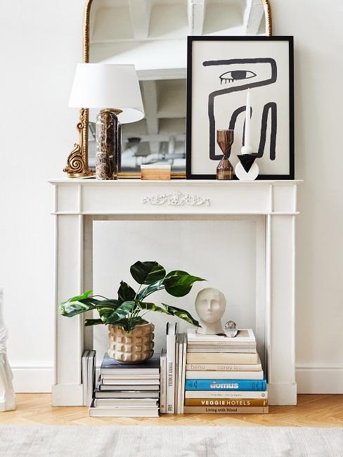 coin cheminée avec livres et cadre décoratif