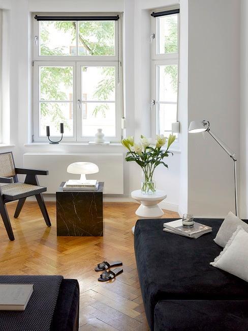 peti salon avec canapé noir, petite table d'appoint noir effet marbre, chaise noire en cannage