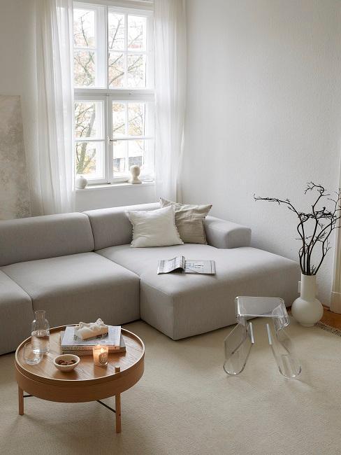 salon avec canapé en L et petite table ronde