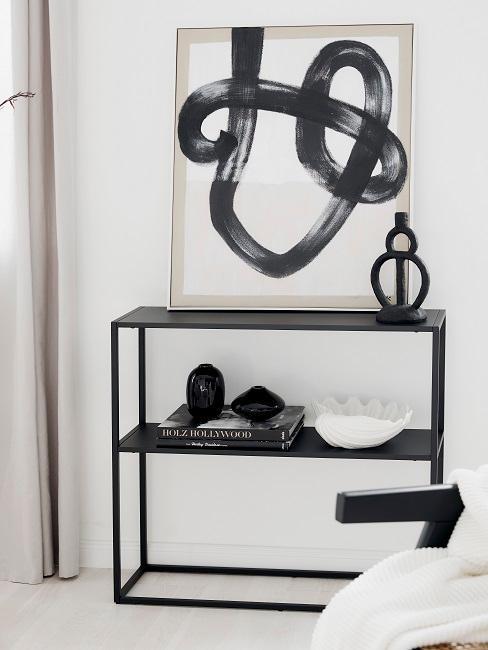 console en métal noir avec objets déco noir et blanc et peinture