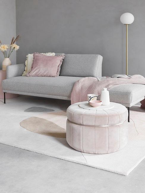 petit salon glam avec méridienne gris, pouf rose, et tapis couleurs pastel