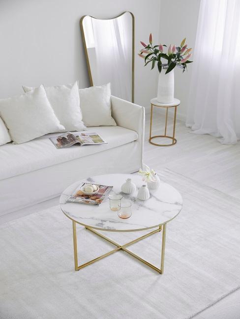 petit salon avec table basse ronde effet marbre, et canapé 3 places blanc