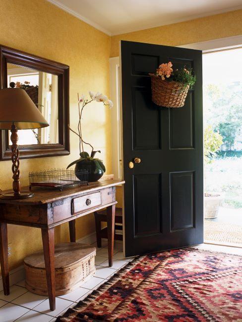 Entrée style maison de campagne, tapis kilim, console en bois et miroir carré