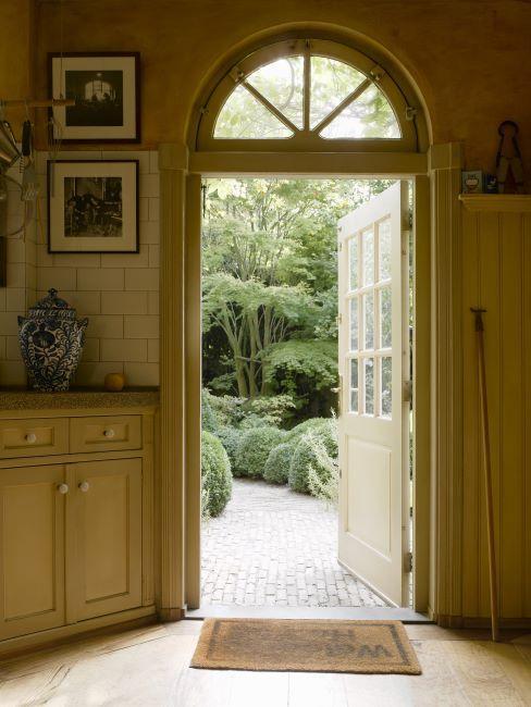 entrée rustique style maison de campagne avec paillasson et images encadrées