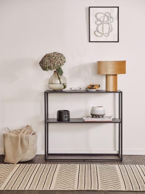 couloir avec console moderne, tapis rayé beige, lampe à poser en velours rétro et image encadrée
