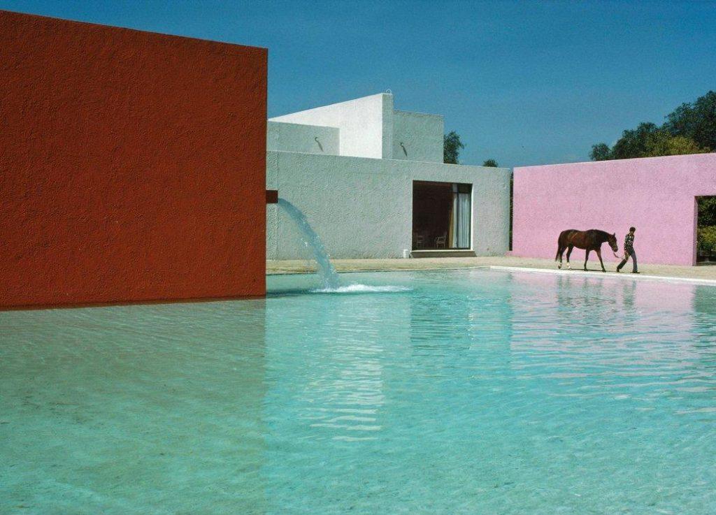 extérieur piscine mur coloré
