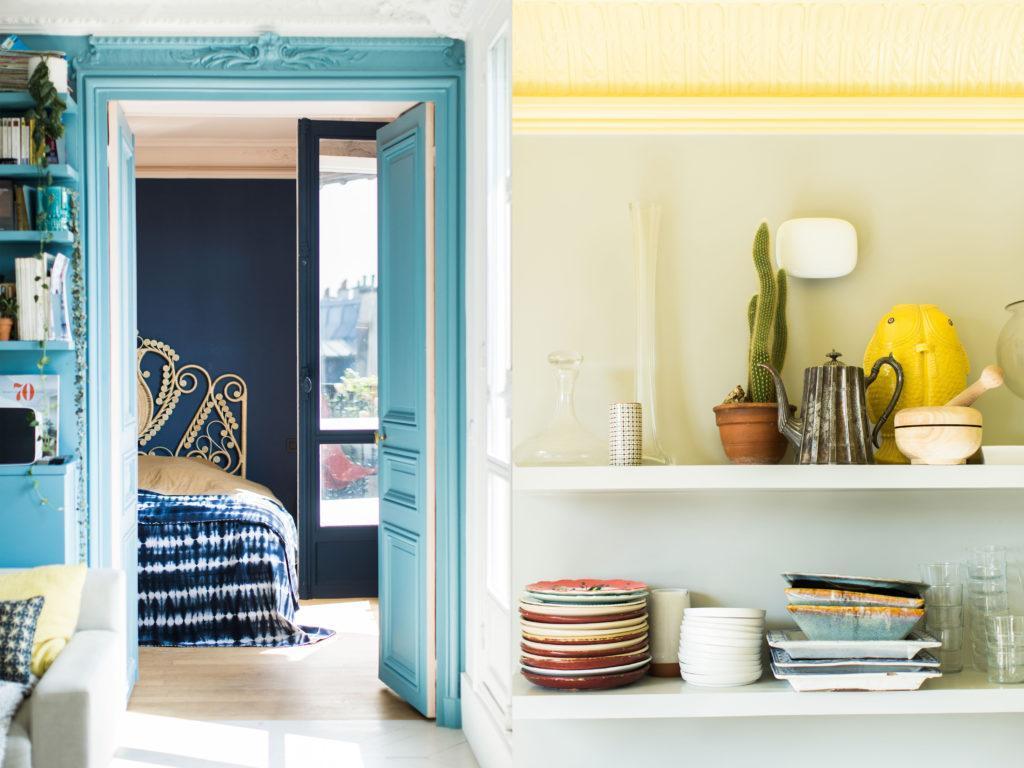 intérieur appartement avec mur bleu