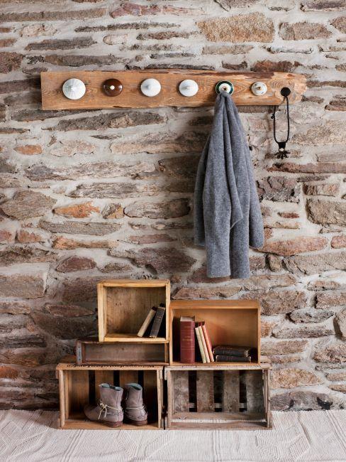 mur en brique, portemanteau mural en bois brut, meuble à chaussures DIY en bois brut