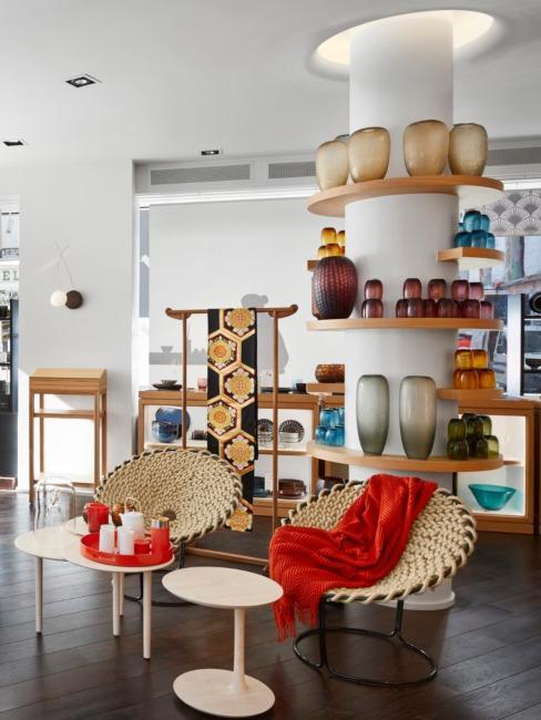 Vases en céramique sur étagère de la marque CFOC
