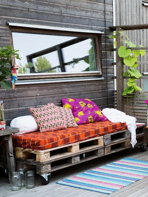Terrasse récup avec banquette DIY en palette et coussin colorés ethno