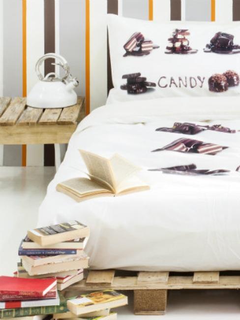 table de chevet et lit sur palette