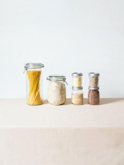 aliments secs dans des bocaux, pâtes et riz, emballage réutilisable, mode de vie durable, responsabilité alimentaire, écologie