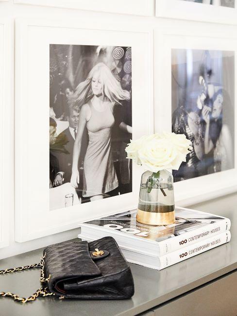 photos vintage en noir et blanc sur un mur au dessus d'une console