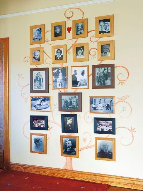 couloir avec arbre généalogique composé de photos de famille sur un mur