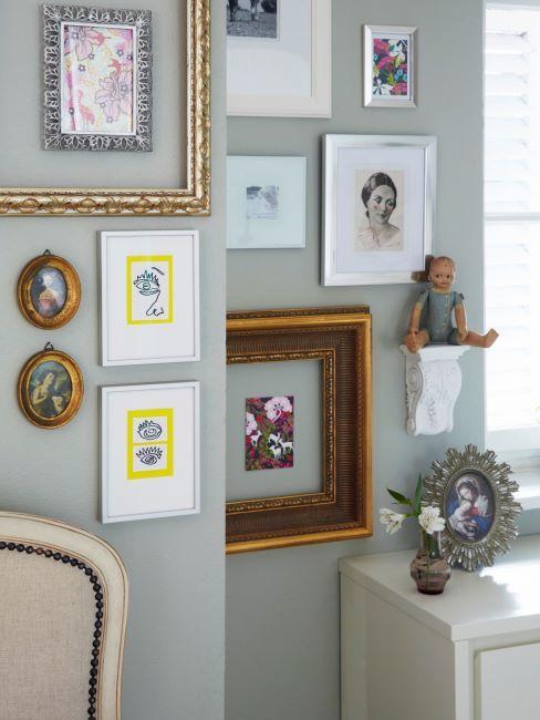 mur de couloir gris avec divers photos dans des cadres vintage