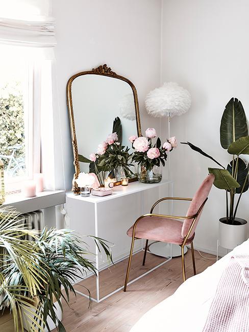 Coiffeuse avec console blanche, miroir baroque, chaise rose en velours et roses