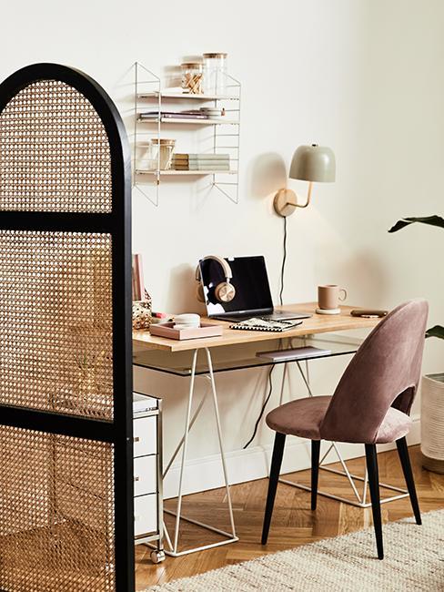 Bureau en bois style boho avec chaises en velours