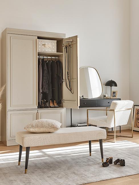 Dressing avec armoire, banc blanc et coiffeuse